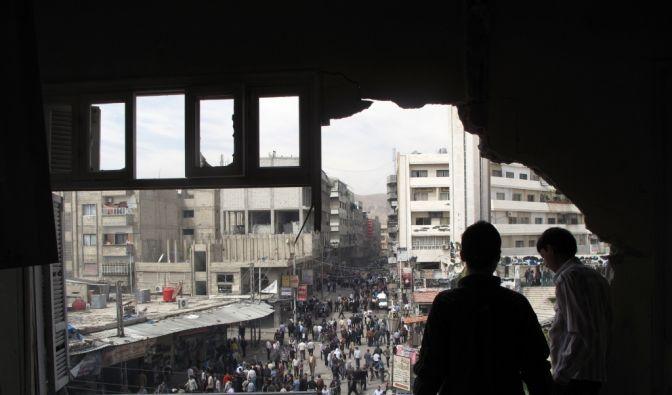 Kriegsschäden in Damaskus: Panzermunition hat ein Loch in dieses syrische Haus gesprengt. (Foto)