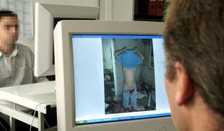 Kriminalbeamte durchforsten das Netz nach Kinderpornografie. (Foto)