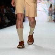 Kurze Hosen, Socken und Sandalen: Das kommt im Job nicht so gut an. (Foto)
