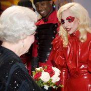 Die Queen empfängt Lady Gaga- Die trägt roten Latex zur Audienz.