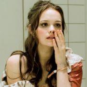 Larissa (Emila Schüle) betrachtet ihre Verletzungen im Waschraum eines Kaufhauses.