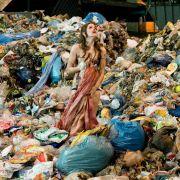 Larissa Pantschuk (Emilia Schüle) kommt auf einer Müllverbrennungsanlage schwerverletzt wieder zu sich.