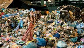 Larissa Pantschuk (Emilia Schüle) kommt auf einer Müllverbrennungsanlage schwerverletzt wieder zu sich. (Foto)