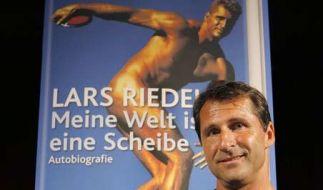Lars Riedel präsentiert sich als Buchautor. (Foto)