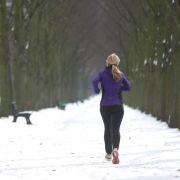 Laufen geht auch im Winter - nur auf ein paar Dinge sollten Sportler achten. Sich gut aufwärmen zum Beispiel. (Foto)