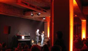 Lauschen in Club-Atmosphäre: der literarische Nachtclub in Berlin. (Foto)