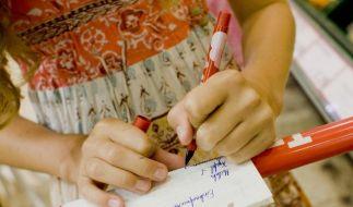 Laut Experten sollten Eltern ihre Kinder nicht zwingen, mit der rechten Hand zu schreiben. (Foto)
