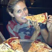 Lecker: Das Topmodel twittert auch beim Pizza mampfen.