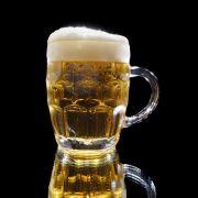 Leichte Schaumkrone, untergärige Brauweise, leichte Hopfennote: Die Pilsner Brauart wurde von einem Niederbayern erfunden.