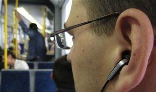 Leiser als die früheren Ohrhörer sind die In-Ohr-Modelle allemal - was Mitfahrer in der Bahn freut. (Foto)