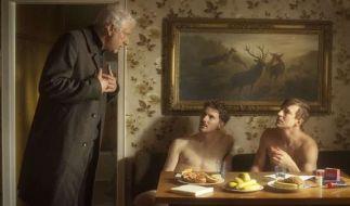Leitmayr (Udo Wachtveitl) unterhält sich mit zwei Pornodarstellern (Martin Bruchmann und Sebastian Fischer). (Foto)