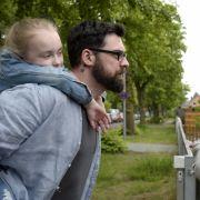 Lena (Mitzi Kunz) ist sich sicher, dass sich Mama (Petra Schmidt-Schaller) und Papa (Paul