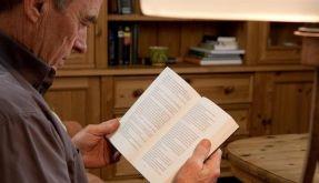 Lesen im Alter trainiert das Gedächtnis (Foto)