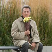 In Liebe auf den zweiten Blick spielt Dustin Hofmann den frustrierten Jingle-Komponisten Harvey, der sich auf der Reise zur Hochzeit seiner Tochter in die alleinstehende Kate verliebt.