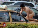 @LieutenantGustl macht gern mal FKK im Taxi: Bei der Hitze öffne ich gerne alle Fenster und schlafe nackt. Den Taxi-Fahrer schien das zu irritieren. (Foto)