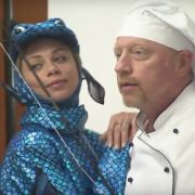 """Lilly Becker als frischer Fisch. Sie veräppelt ihren Mann Boris Becker bei """"Verstehen Sie Spaß?"""" in der ARD. (Foto)"""