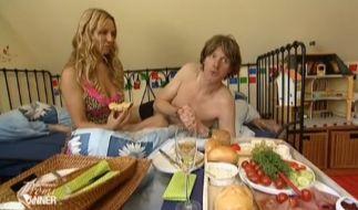 Loona und Mickie Krause sind nach seinem Menü im Bett gelandet. Das Sektfrühstück konnten beide gut gebrauchen. (Foto)