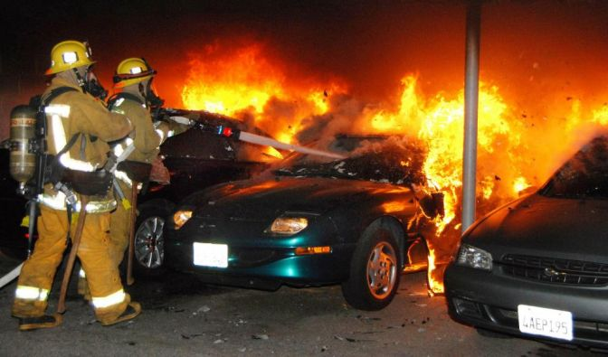 Los Angeles firefighters battle an arson car fire under a carport in Los Angeles Monday, Jan. 2, 201 (Foto)