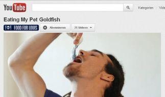 Louis verputzt seinen Goldfisch. (Foto)