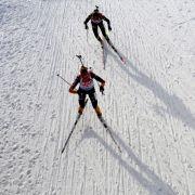 Luise Kummer (vorn) und Frankreichs Marine Bolliet während des Biathlon Weltcups in Hochfilzen. (Foto)