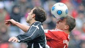 Lukas Podolski im Zweikampf (Foto)