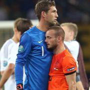 Maarten Stekelenburg tröstet Wesley Sneijder.