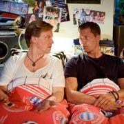 Bruce Berger (Justus von Dohnanyi, links) hat sich in Jeromes (Til Schweiger) Jugendzimmer einquartiert.