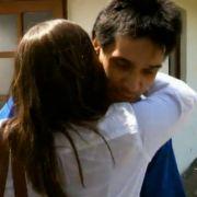 Maik schließt Herzensdame Petra in die Arme.