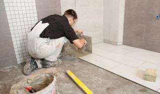 Malern oder ein neues Badezimmer einbauen lassen? So lassen sich 2012 noch Steuern sparen. (Foto)