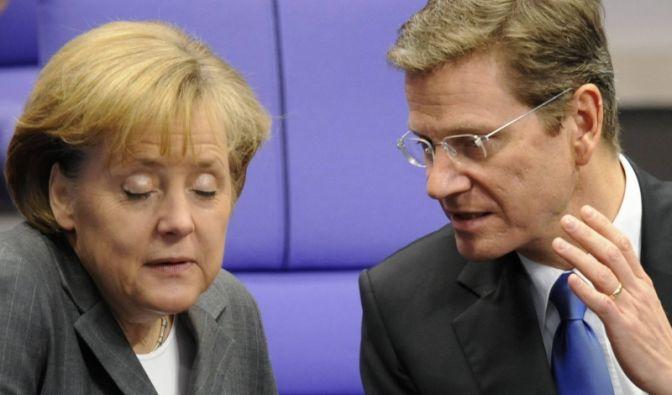 Manchmal zu viel des Guido? Kanzlerin Angela Merkel (l.) und FDP-Chef Guido Westerwelle. (Foto)