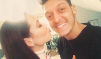 Mandy Capristo und Mesut Özil zeigen mit diesem Facebook-Post ihr Liebes-Glück. (Foto)