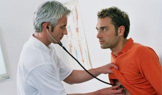 Mann beim Arzt (Foto)