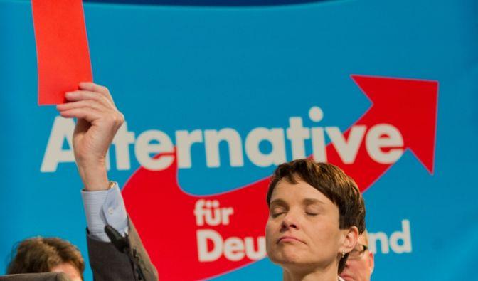 Manövrierte sich mit ihren unsäglich menschenverachtenden Äußerungen ins Abseits: (Noch-)AfD-Chefin Frauke Petry. (Foto)