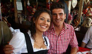 Mario Gomez mit seiner Freundin Silvia: «Mehmet Scholl nahm mich beim Oktoberfest zur Seite.» (Foto)