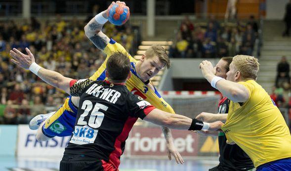 Markus Stegefelt (Mitte) aus Schweden in Aktion gegen Kai Häfner (links) beim Länderspiel Schweden gegen Deutschland am Samstag - die DHB-Auswahl mit ihrem neuen Coach Christian Prokop unterlag bei der Premiere knapp mit 25:27.