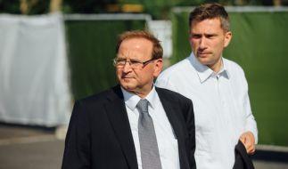 Martin Dulig (rechts) zusammen mit Heidenaus Bürgermeister Jürgen Opitz (CDU) in Heidenau. Nach den Ausschreitungen im vergangenen August hatte Sachsen Landesregierung den Ort besucht. (Foto)