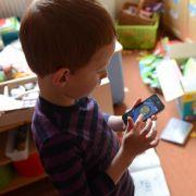 Medienpädagogen warnen: Kinder unter neun Jahren sind mit Smartphones völlig überfordert.