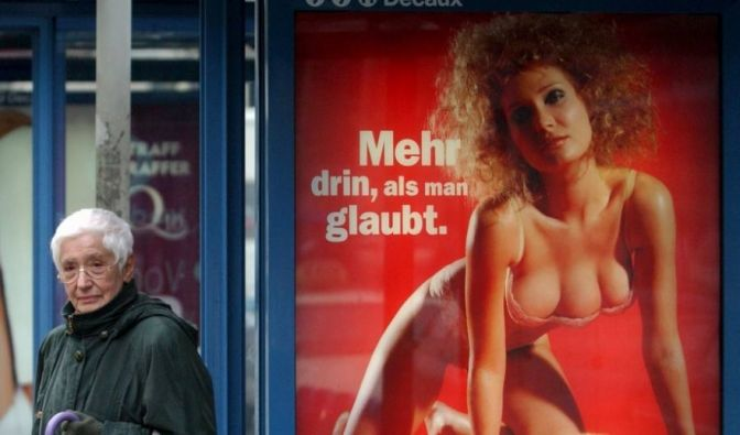 «Mehr drin als man glaubt.» Mit der dreibrüstigen Frau wollte der Media-Markt 2001 besonders viele Kunden anziehen. (Foto)