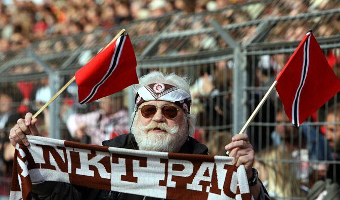 Mein Klub, mein Schal, mein Stirnband: kultiger St. Pauli-Fan. (Foto)