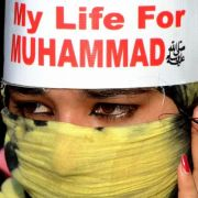 «Mein Leben für Mohammed», verkündet das Stirnband einer Demonstrantin im pakistanischen Lahore.
