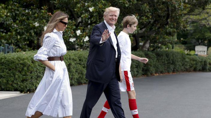 Melania Trump und Donald Trump mit Sohn Barron vor dem Weißen Haus in Washington. (Foto)