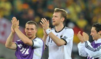 Mertesacker heißt Podolski per Videogruß willkommen (Foto)