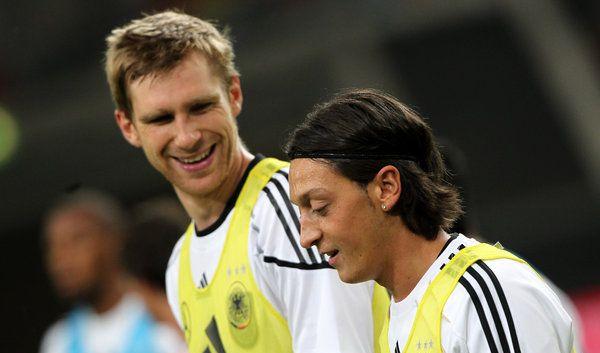 Mertesacker Özil (Foto)