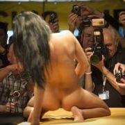 Messebesucher fotografieren und filmen auf der «Venus» eine Erotikdarstellerin während der Show.