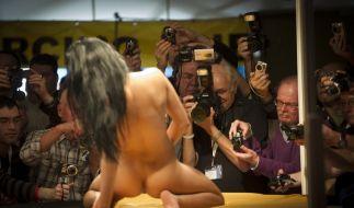 Messebesucher fotografieren und filmen auf der «Venus» eine Erotikdarstellerin während der Show. (Foto)