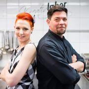 """Meta Hiltebrand (li.) und Tim Mälzer kämpfen bei """"Kitchen Impossible"""" um das perfekte Gericht. (Foto)"""