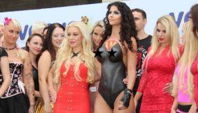 Micaela Schäfer als nackte Superheldin auf der Erotikmesse Venus. (Foto)