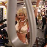 Micaela Schäfer macht die U-Bahn zur Fashion Week Berlin zum Laufsteg.