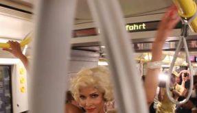 Micaela Schäfer macht die U-Bahn zur Fashion Week Berlin zum Laufsteg. (Foto)