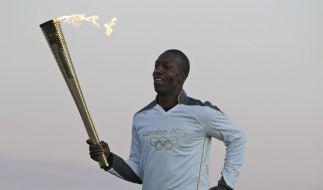 Michael Johnson mit dem Olympischen Feuer. (Foto)